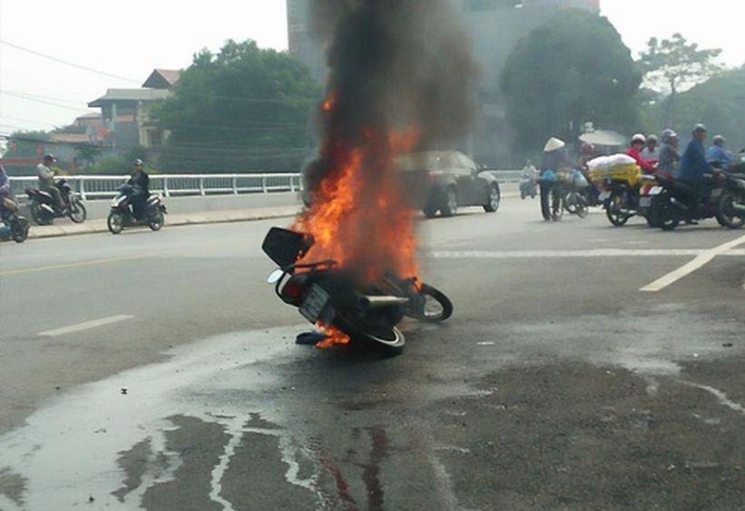 các vật dụng không nên để cốp xe máy