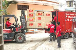 Nhân viên vận chuyển hàng hóa lên xe Taxi tải Thành Hưng